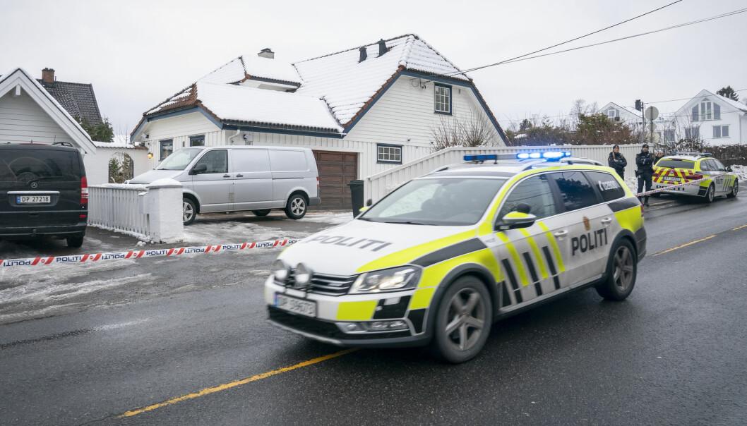 Politi utenfor huset til Tor Mikkel Wara i mars. VG meldte at PST satte opp et hemmelig kamera i nabolaget, men har nå trukket opplysningene. Foto: Heiko Junge / NTB scanpix