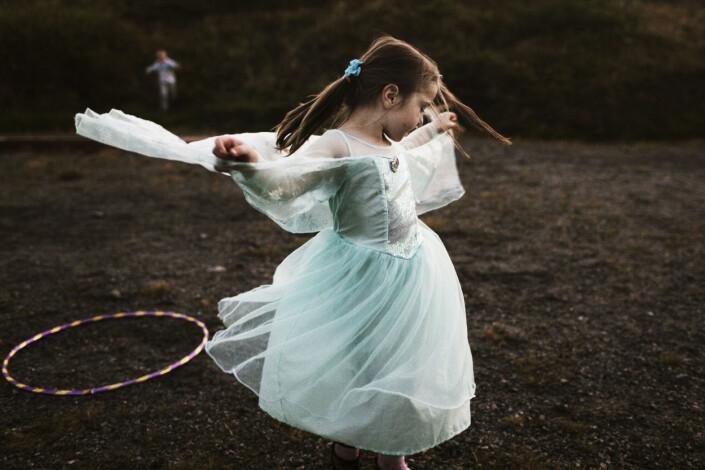 Anna Karina Liutkute danser i prinsessekjolen fra filmen Frost. Bildet er fra dokumentarprosjektet om folket på Sørburøy, hvor massiv fraflytning gjør at lokalbefolkningen strever med å opprettholde et samfunn. Foto: Therese Alice Sanne