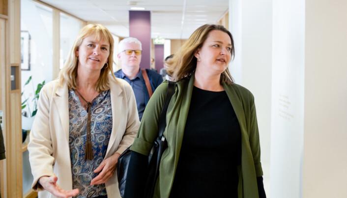 Her er MBL-leder Randi Øgrey og NJ-leder Hege Iren Frantzen på vei inn til forhandlinger onsdag. Foto: Eskil Wie Furunes