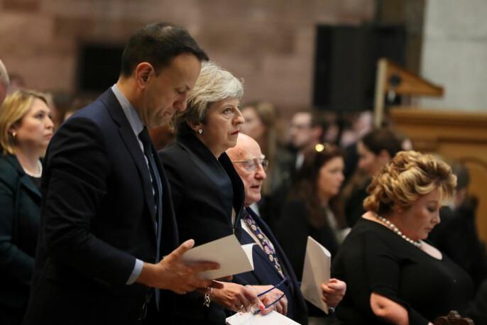 Irlands statsminister Leo Varadkar og Storbritannias statsminister Theresa May i begravelsen til Lyra McKee. Foto: Reuters / NTB scanpix