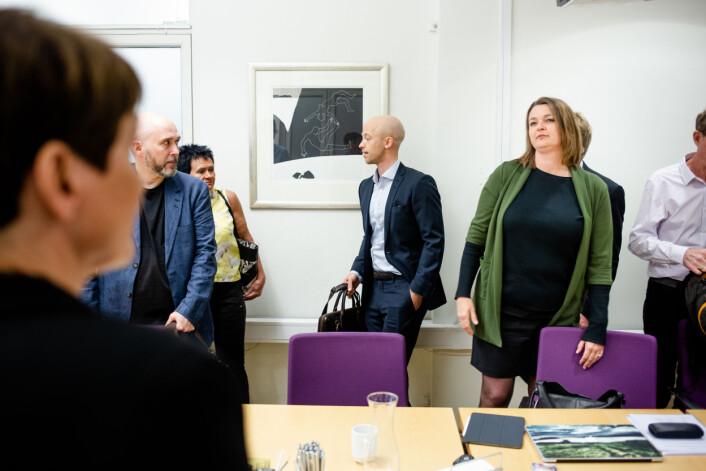 NJ-leder Hege Iren Frantzen ser på sin motpart, forhandlingsleder Pernille Børset i MBL, under oppstarten av forhandlingene i 2019.