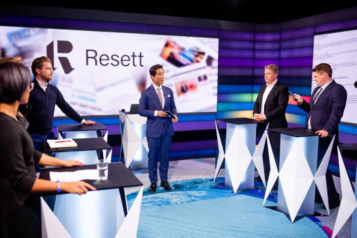 Debattleder Fredrik Solvang går gjennom planen før sending av Debatten på NRK 1 torsdag. Foto: Eskil Wie Furunes