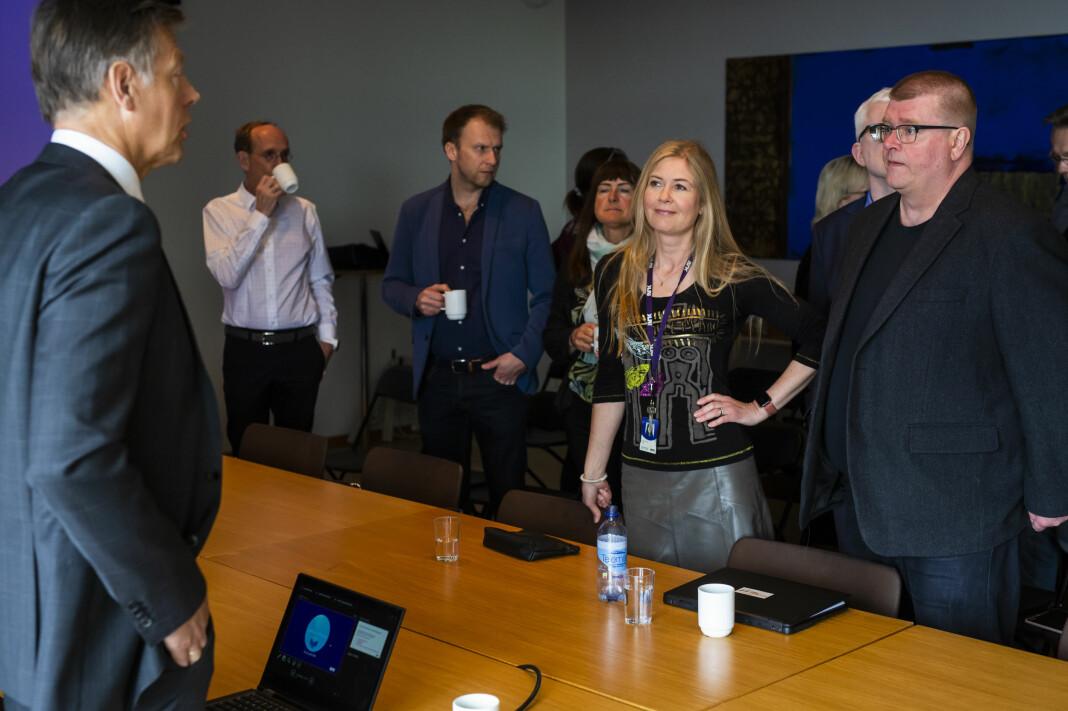 Nestleder Hege Fagerheim og leder Rolf Johansen i NRKJ, snakker med juridisk direktør Olav Nyhus i NRK, før forhandlingene starter. Foto: Kristine Lindebø