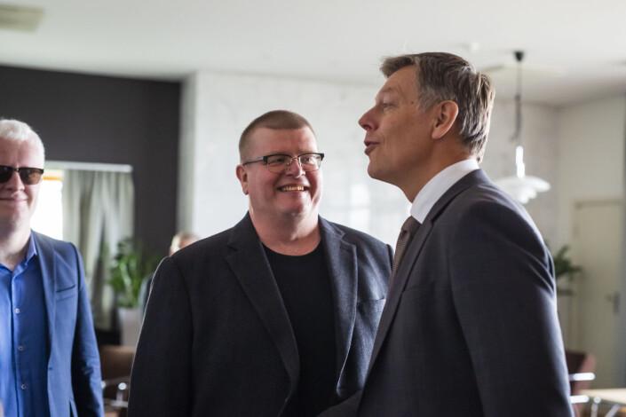 Juridisk direktør Olav Nyhus i NRK (t.h.) hilser på fagforenings-representantene når de ankommer. Her NRKJ-leder Rolf Johansen (midten), og i bakgrunnen nestleder i NJ Dag Idar Tryggestad. Foto: Kristine Lindebø