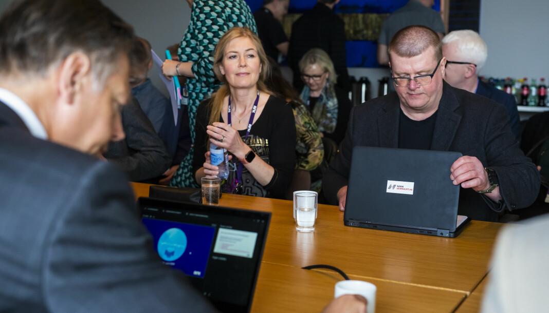 Nestleder i NRKJ Hege Fagerheim og leder Rolf Johansen før årets første møte i lønnsforhandlingene med NRK. Foran til venstre sitter Ola Nyhus, juridisk direktør i NRK. Foto: Kristine Lindebø