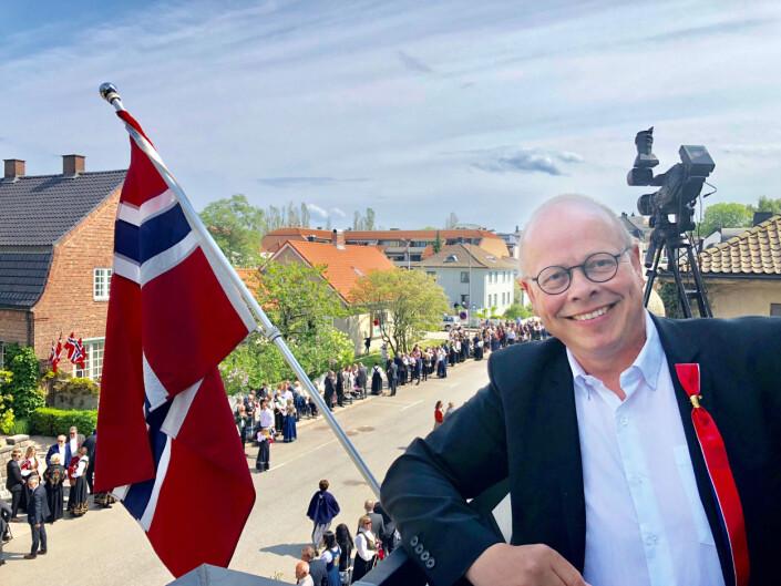 Fredriksstad Blad har direktesending fra barnetoget hvert år. Da møter selveste Erik Hagen opp i dress og kamerautstyr. Foto: Espen Normann / Fredriksstad Blad