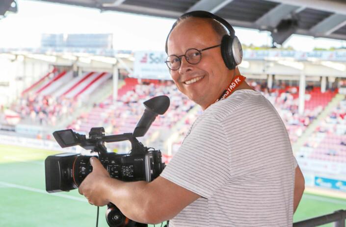Her er Erik Hagen under direktesendingen av en fotballkamp i Fredrikstad. Fotografen er vant til å forholde seg til nye medier, og var blant annet en del av Fredriksstad Blads nettsatsing på 90-tallet. Han har i nyere tid også vært teknisk ansvarlig for podkast. Foto: Harry Johansson / Fredriksstad Blad