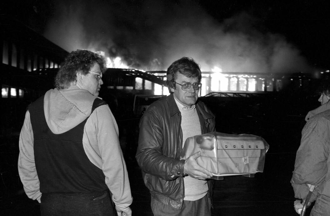 Her er ett av bildene Hagen skal stille ut i Fredrikstad i mai. Haugeåsen ungdomsskole i Rolvsøy ble totalskadet i brann 20. april 1988. Her er Rolvsøy-ordfører Arne Øren som hjelper til med å redde ut inventar fra skolen.  Foto: Erik Hagen / Fredriksstad Blad