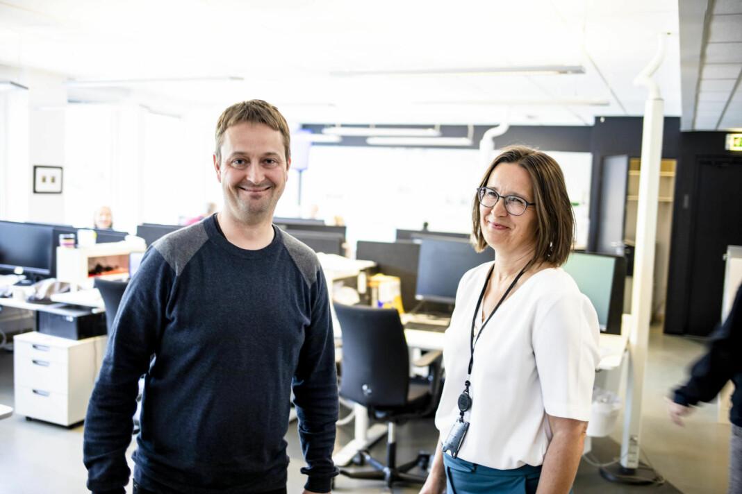 Espen Andersen forlater jobben i NRK, og begynner i Kommunal Rapport. Her sammen med ansvarlig redaktør Britt Sofie Hestvik. Foto: Magnus Knutsen Bjørke/Kommunal Rapport