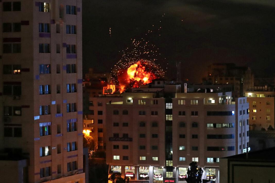 Israelske kampfly og stridsvogner har angrepet rundt 120 mål på Gazastripen lørdag, mens militante palestinere har skutt over 200 raketter mot Israel. Foto: Suhaib Salem / Reuters / NTB scanpix