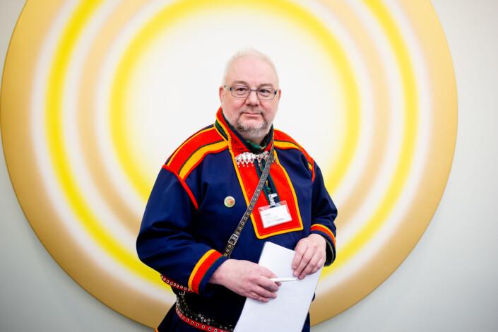 Redaktør Geir Wulff i den samiske avisen Sàgat frykter at fremtiden kan bli enda tøffere for samiske dagsaviser. Foto: Eskil Wie Furunes