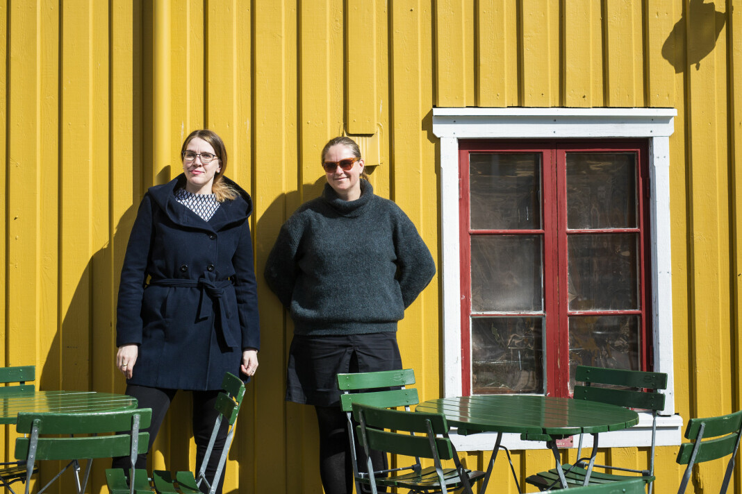 Journalist Christine Kristoffersen Hansen (t.v.) og fotograf Ingun Alette Mæhlum i Tromsø, tok ansvaret for samtidsdokumentasjonen av livet i Nord-Norge, og gir ut selvproduserte, dokumentariske bøker på eget forlag. Foto: Kristine Lindebø