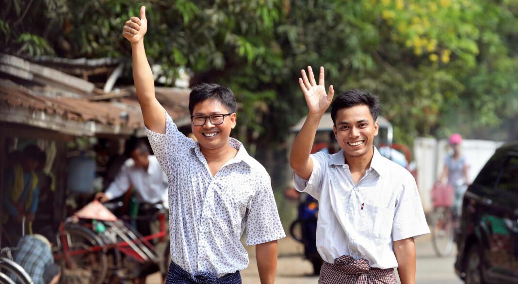 Wa Lone og Kyaw Seo Oo smilte bredt da slapp ut av Isein-fengselet i Yangon i Myanmar. Foto: Ann Wang / Reuters / NTB scanpix