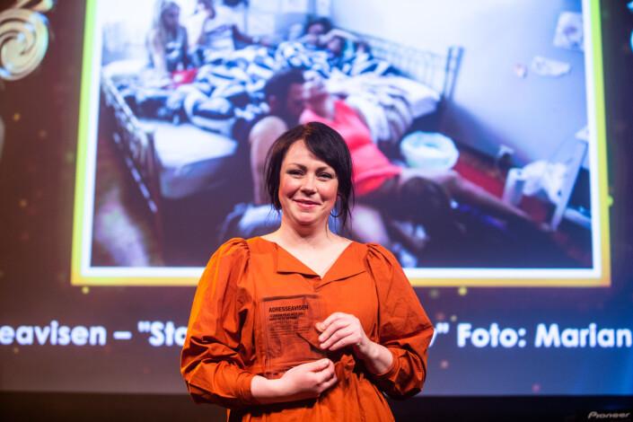 Mariann Dybdahl fra Adresseavisen mottar prisen på scenen. Foto: Eskil Wie Furunes