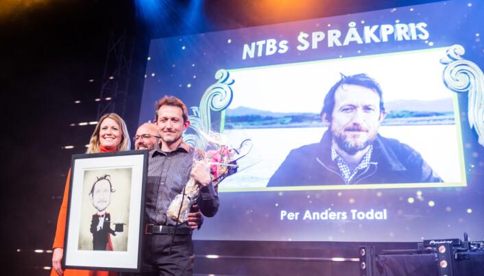 Journalist Per Anders Todal i Dag og Tid fikk NTBs språkpris for 2018. Til venstre ser vi juryleder Therese Manus. Halvveis gjemt i midten er NTBs sjefredaktør Mads Yngve Storvik. Foto: Eskil Wie Furunes
