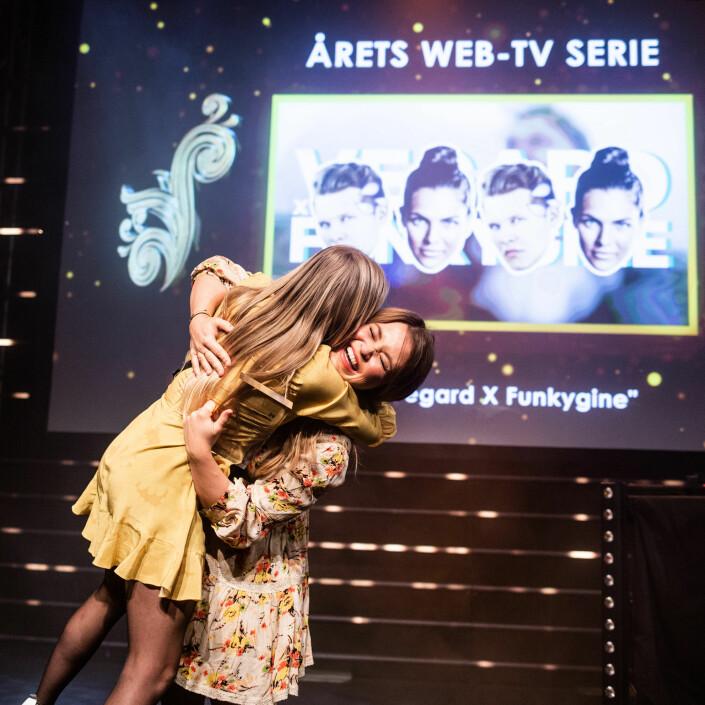 Siri Pallesen og Wibeke Nord Haugland fra VG omfavner hverandre etter å ha vunnet «Årets web-TV serie». Foto: Eskil Wie Furunes