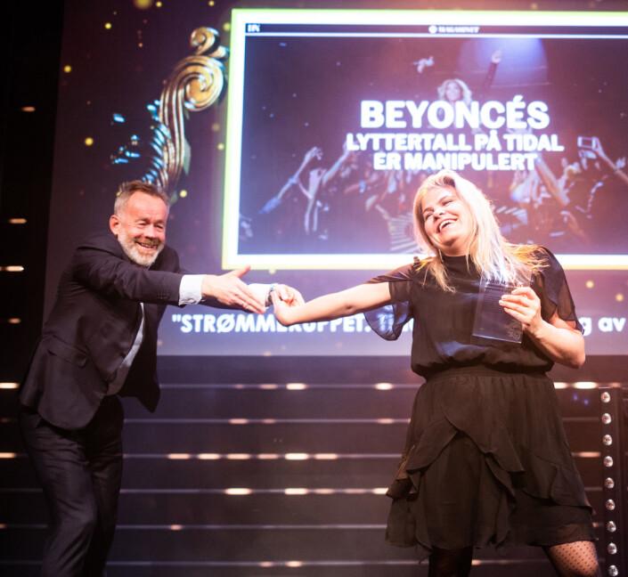 Dagens Næringslivs sjefredaktør Amund Djuve deler æren for prisen «Årets digitale historie» med Tinna Gudmundsdottir, redaksjonssjef i DN Etterbørs. Foto: Eskil Wie Furunes