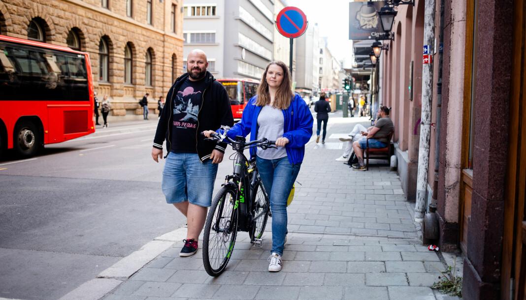 Roger Grosvold og Elisabeth Bergskaug skal komme seg fra Lindesnes til Nordkapp de neste to månedene. Det skal gi både forbrukerstoff og reisereportasjer. Foto: Eskil Wie Furunes