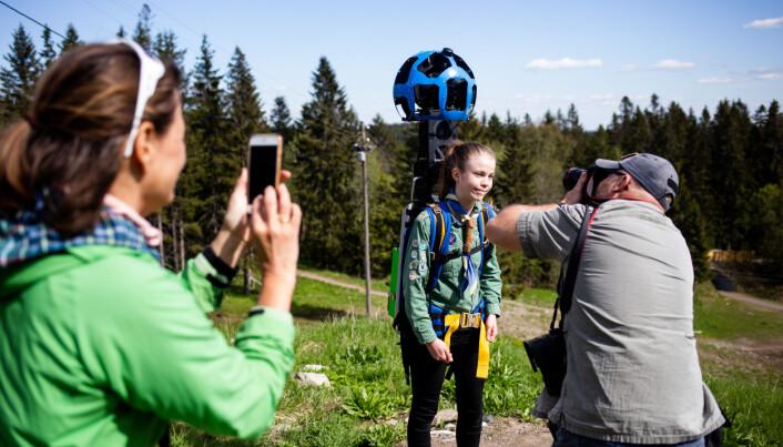 Line Aas Mjøster fotograferer Tomm W. Christiansen som fotograferer Jorunn (13). Jourunn har et Google-kamera på ryggen som fotograferer i 13 forskjellige vinkler. Bak fotografen som fotograferer denne seansen, er det andre som tar bilde igjen. Foto: Eskil Wie Furunes