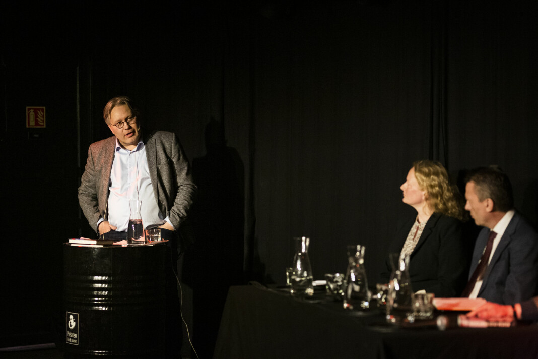 Politisk redaktør Skjalg Fjellheim i Nordlys leder en debatt om Frode Berg-saken. I panelet satt blant journalist Trine Hamran og advokat Brynjulf Risnes. Foto: Kristine Lindebø