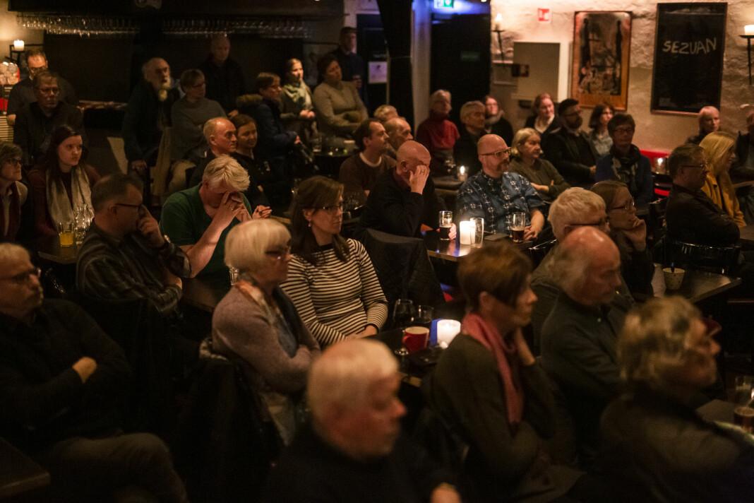 Nordnorsk Debatt Direkte tar nettdebatten ut til publikum. Her et fullt kjellerlokale i Tromsø sentrum, på debatt om Frode Berg-saken. Foto: Kristine Lindebø