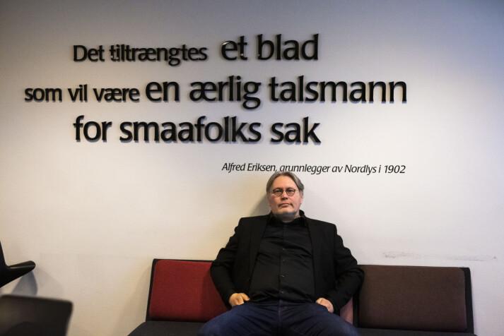 Setninga på veggen har prega Nordlys siden starten i 1902. Politisk redaktør Skjalg Fjellheim mener den er viktig å ha med. Foto: Kristine Lindebø
