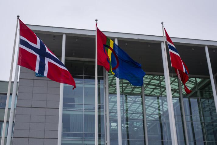 Debatten rundt det samiske er en utfordring for Nordlys. Her vaier det samiske flagget mellom to norske utenfor Tromsø rådhus på andre siden av gata. Foto: Kristine Lindebø