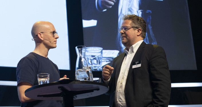 Jesper Doub var i Norge for å delta på Power of Journalism-konferansen. Her intervjues han på scenen av VGs digitalredaktør, Ola E. Stenberg. Foto: Roger Aarli-Grøndalen