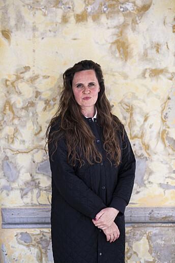 Miriam Dalsgård står sjelden i ro når hun fotograferer, men her poserer hun noen sekunder foran en fin vegg. Foto: Kristine Lindebø