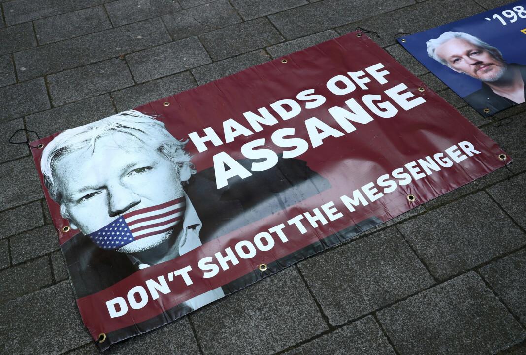En plakat av Julian Assange under en støttedemonstrasjon i London i april. Foto: Reuters / NTB scanpix