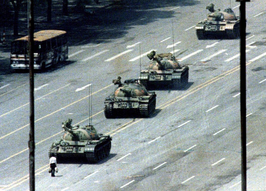 Det er 30 år siden denne ukjente mannen stilte seg foran stridsvognene på Den himmelske freds plass i Beijing. Foto: REUTERS/Stringer/Files