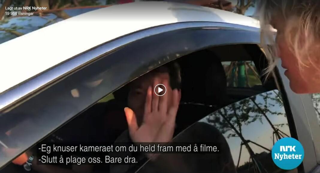 NRKs Kina-korrespondent Kjersti Strømmen konfronterte mennene i en bil som skal ha fulgt etter NRKs reportasjeteam. Foto: Skjermdump, NRK