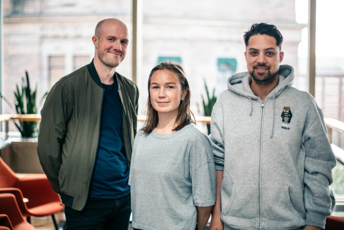 Erlend Ofte Arntsen, Natalie Remøe Hansen og Kristoffer Kumar fant til slutt Tindersvindleren i Müncen. Foto: Marte Vike Arnesen