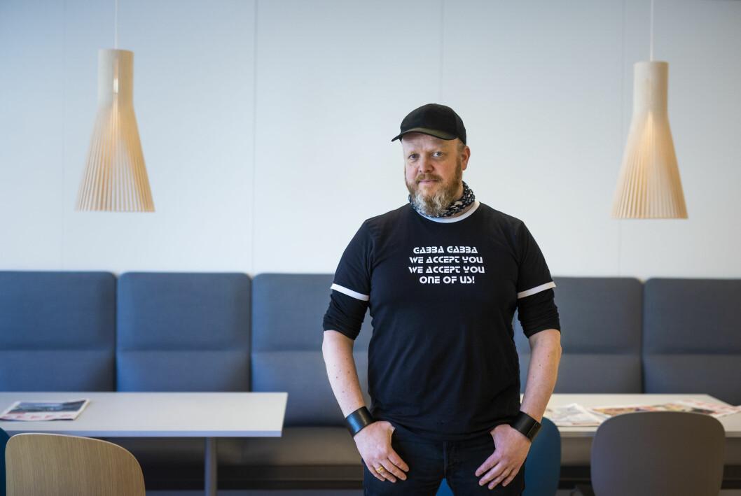 På nattbordet har Egon Holstad ei stor øks, ei helflaske billig grappa, mobilen, et glass ristede kaffebønner, en boks snus, to fenghetter og «Samlede noveller» av Kjell Askildsen.
