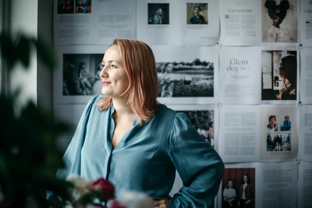 Ida Eliassen-Coker hadde aldri som mål om å bli redaktør, allikevel sitter hun godt plantet i redaktørstolen når det nye magasinet Altså slippes. Foto: Marte Vike Arnesen