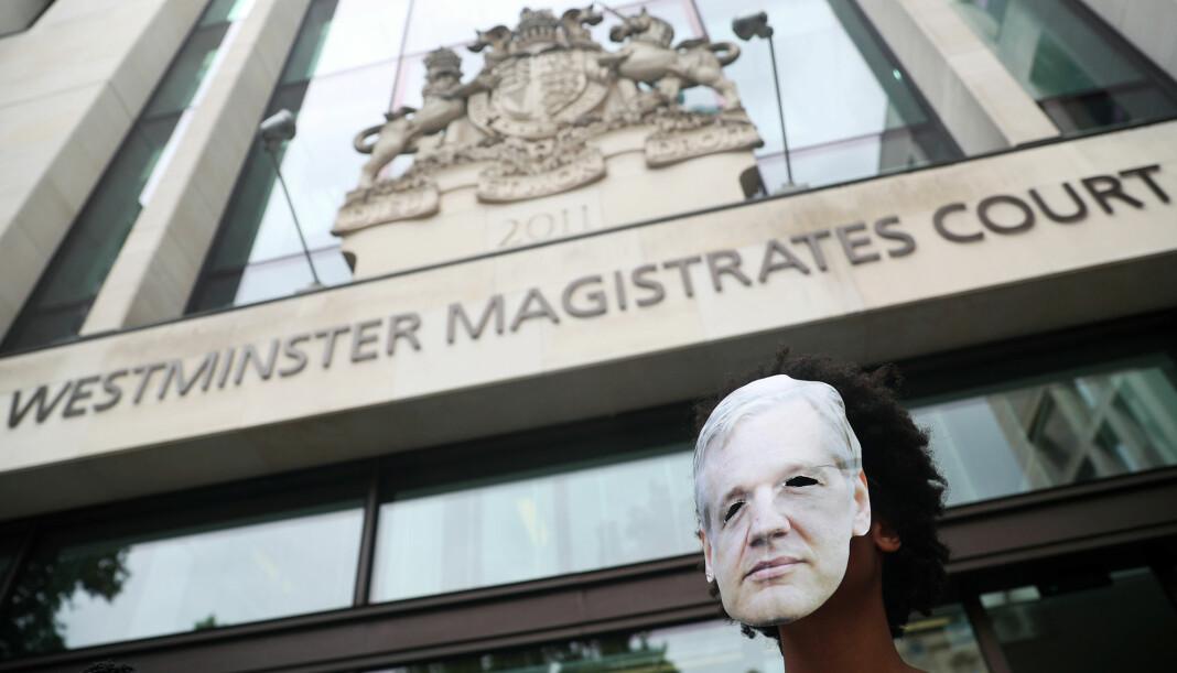 Protestant med maske av Julian Assange under en demonstrasjon gjennomført av Assanges støttespillere utenfor Westminster Magistrates' Court i London fredag. Foto: Reuters / NTB scanpix