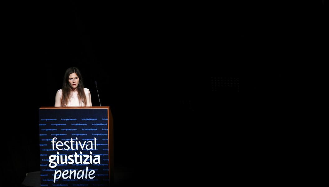 Amanda Knox holdt en følelsesladd tale på strafferettsfestivalen i Modena i Nord-Italia lørdag. Foto: Reuters / NTB scanpix