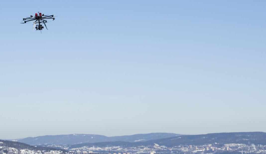 En drone fra NRK svever over Holmenkollen under et idrettsarrangement. Illustrasjonsfoto: Håkon Mosvold Larsen / NTB scanpix