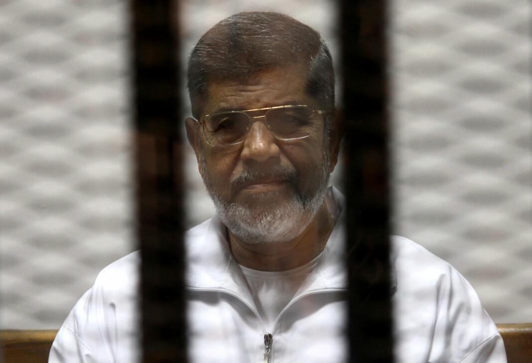 Fotografer og journalister ble holdt på avstand da Mohamed Mursi ble gravlagt i Egypt tirsdag. Foto: Reuters / NTB scanpix
