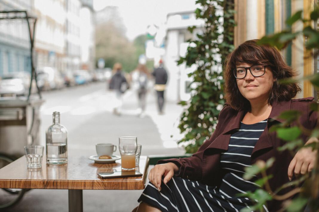 Kaia Eriksen er frilansjournalist på tiende året. Hun mener flere frilansere bør bli stoltere av jobben de gjør. Foto: Marte Vike Arnesen