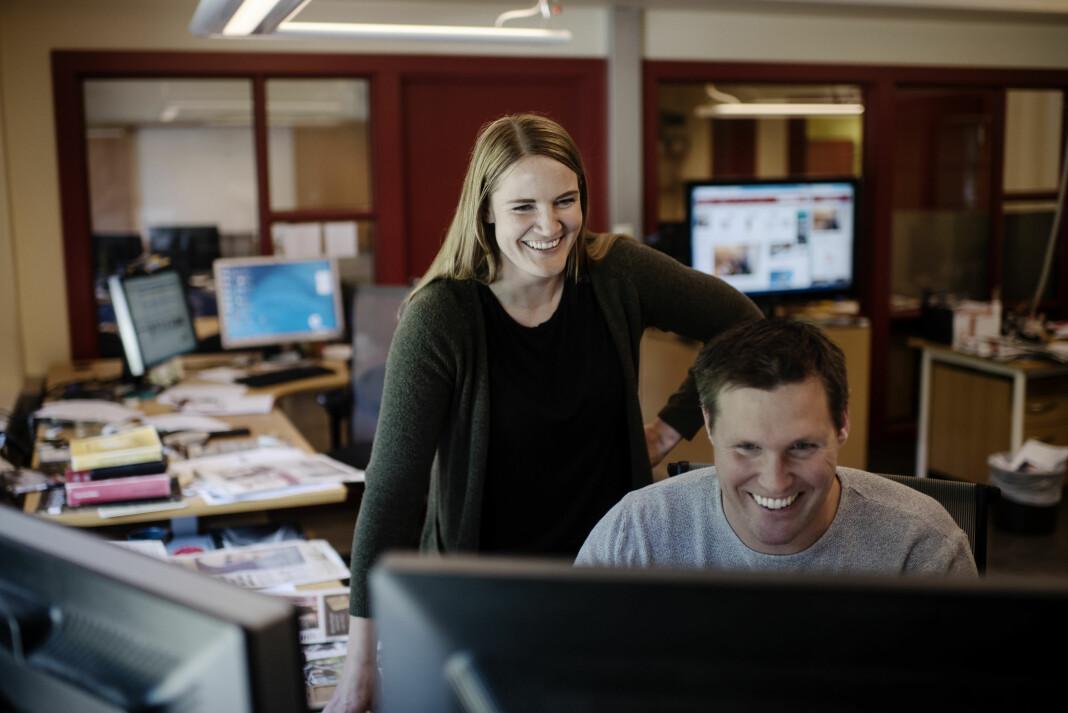 Lillian Holden er ansatt som ny ansvarlig redaktør i Hallingdølen. Her sammen med mediegrafiker Jarle Stanes på desken i avisen. Foto: Elias Dahlen / Hallingdølen