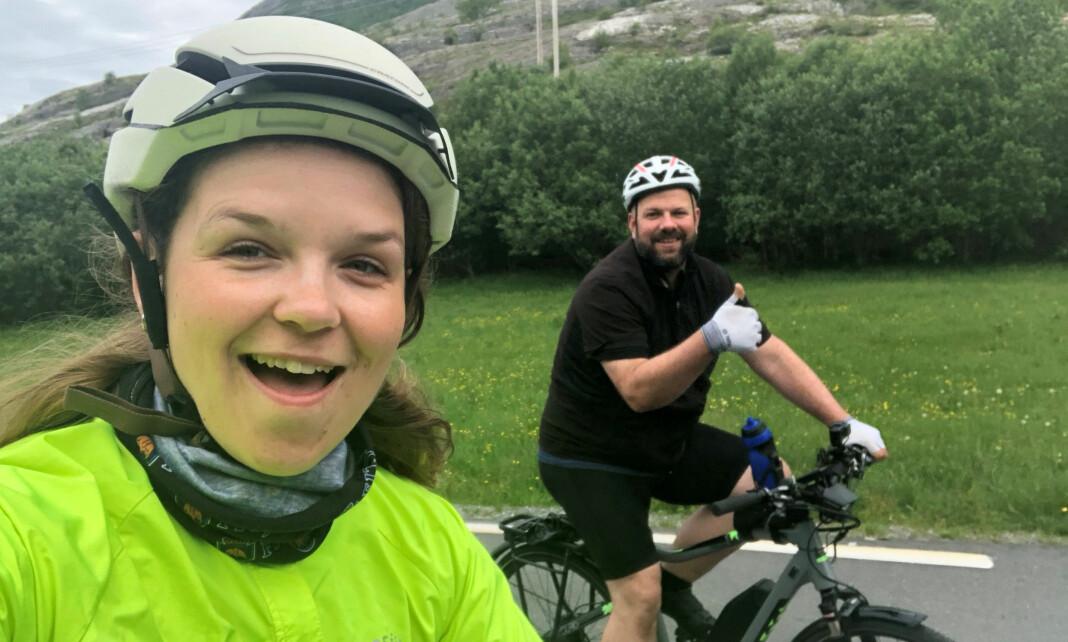 Elisabeth Bergskaug tar selfie sammen med Roger Grosvold. De sykler Norge rundt på el-sykkel. Foto: Privat