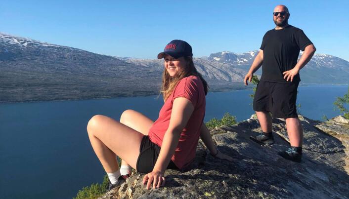 Elisabeth Bergskaug og Roger Grosvold er her på toppen av Sjonfjellet i Nordland, godt over halvveis på el-sykkelturen fra Lindesnes til Nordkapp. Foto: Privat