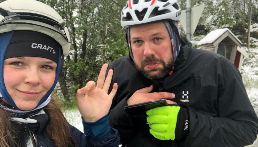 Kjølig til tider: Selv om det har snødd, så har de to syklistene klart å halvveis nyte kuldeøyeblikket. Foto: Privat