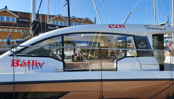 Båten er av modellen Sealine C330, her merket med både VG og Båtliv. Foto: Privat