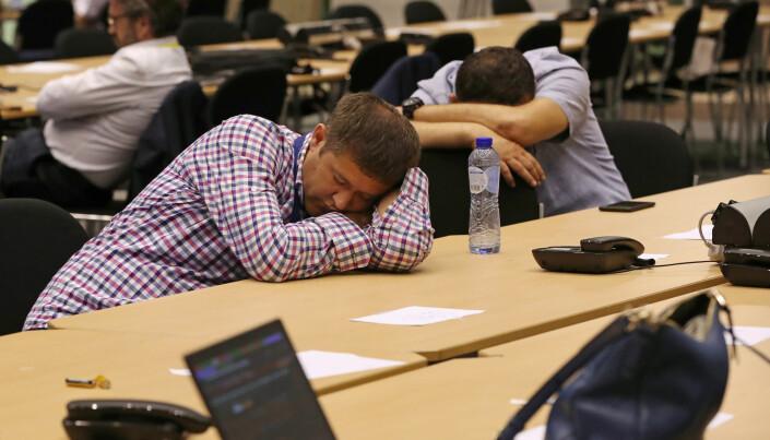 Klokken er snart 02.00 natt til 1. juli, men jobben er ennå ikke over for disse journalistene. Foto: Yves Hermn, Reuters