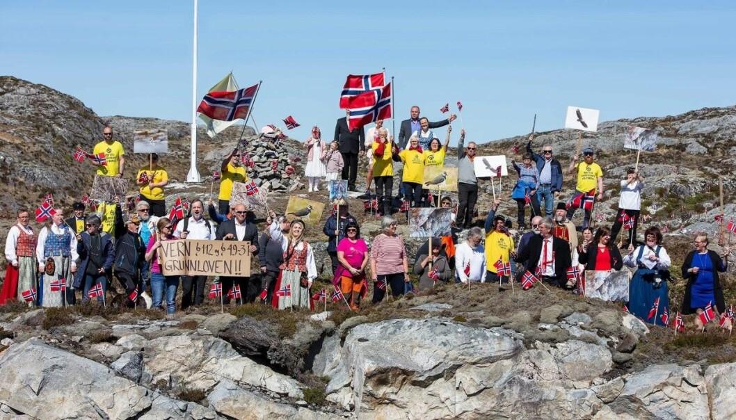 Aksjonsgruppa «Nei til vindkraft på Frøya» slik de ønsker å framstå: Med fredelig markering på nasjonaldagen. Foto: Jan-Egil Eilertsen