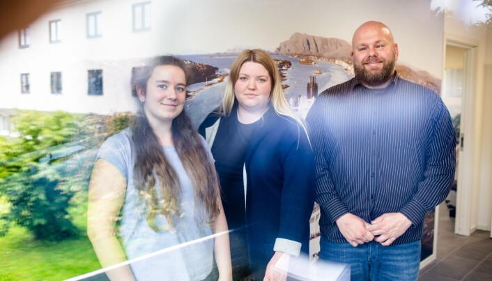 Marthe Karlsen Nordhuus, Ingeborg Sivertstøl og Frank Bjortjønnli er årets sommervikarer i Brønnøysund Avis. Foto: Eskil Wie Furunes