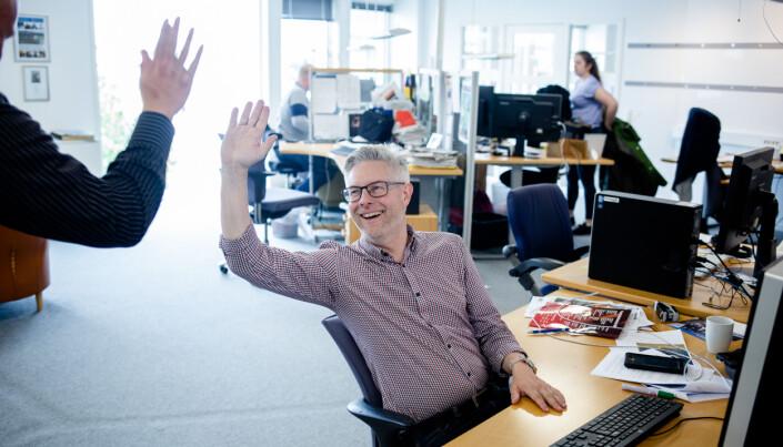 Frank Bjortjønnli gir en high five til redaktør Matti Riesto. Foto: Eskil Wie Furunes