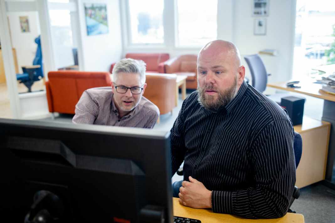 Frank Bjortjønnli på kontoret i Brønnøysund Avis, her sammen med redaktør Matti Riesto. Foto: Eskil Wie Furunes